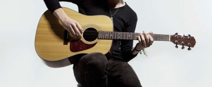 Beste akoestische gitaar kopen tips wall